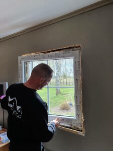 Andrzej installerar ett fönster frånDutrex